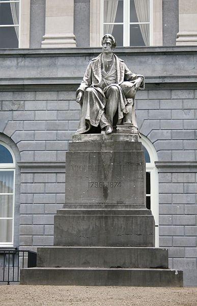 Statue d'Adolphe Quetelet dans le jardin de l'Académie royale des Sciences, des Lettres et des Beaux-Arts de Belgique à Bruxelles.