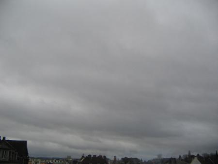 Le stratus est souvent un nuage sombre, d'où une bruine peut tomber.