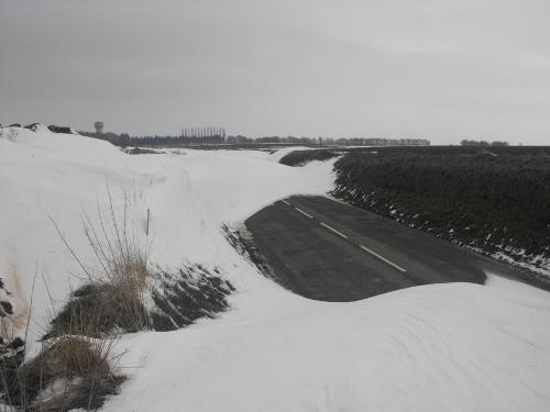 Le vent peut former d'énormes amas de neige, parfois de l'apparence d'une dune.