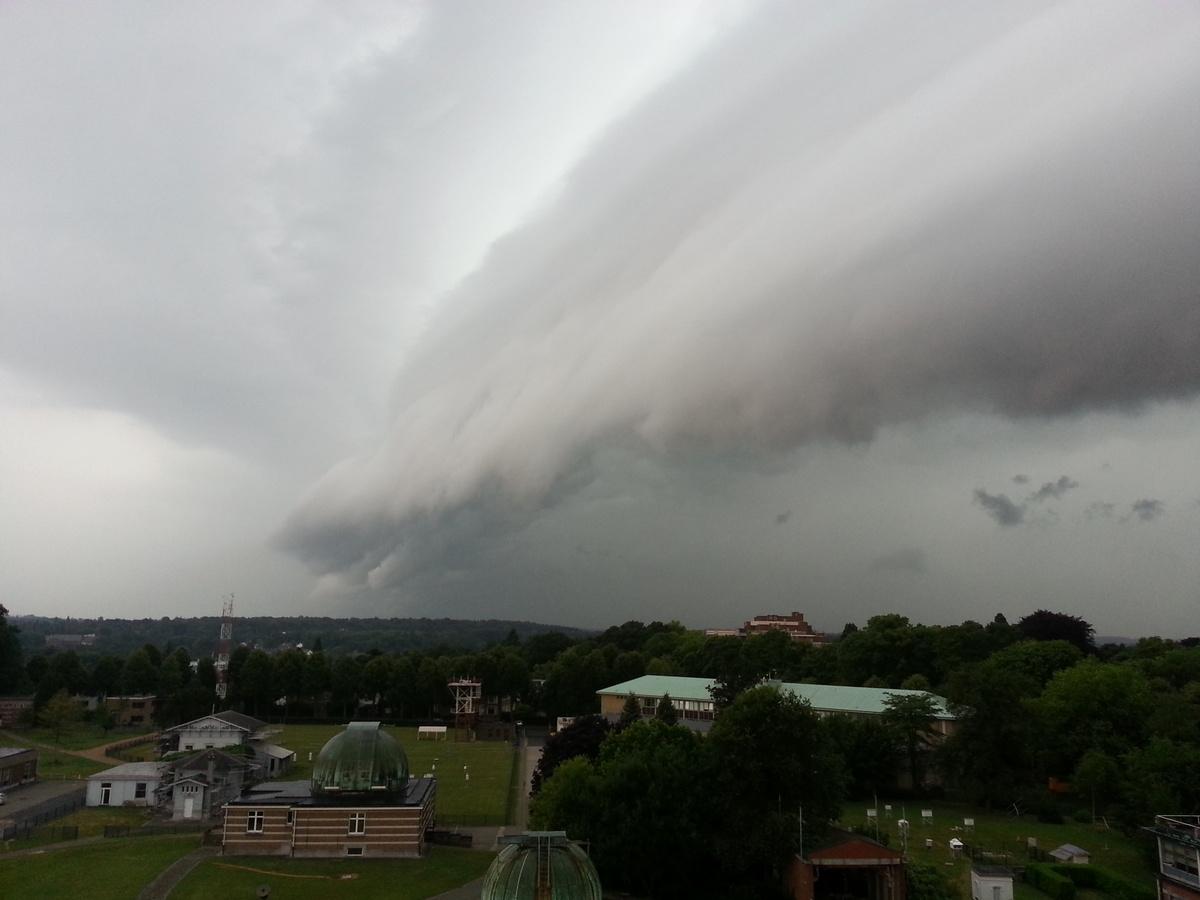 """Een """" shelf cloud"""" boven het KMI in Ukkel op 27 juli 2013 (foto's Karim Hamid)."""