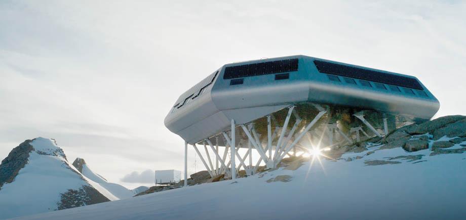 La station Princesse Elisabeth et le containeur avec les instruments de mesures des propriétés des aérosols.