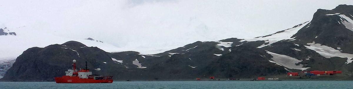 Figuur C. Het oceanografisch schip Hesperides aangeankerd voor de Juan Carlos 1-basis op het Livingston-eiland op Antarctica.