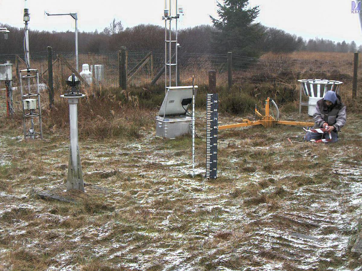 """De plaatsing van de grondsensoren in het KMI-station van Mont Rigi (Hoge Venen) op 03 december 2020, gezien door onze """"snowcam"""" op deze locatie."""