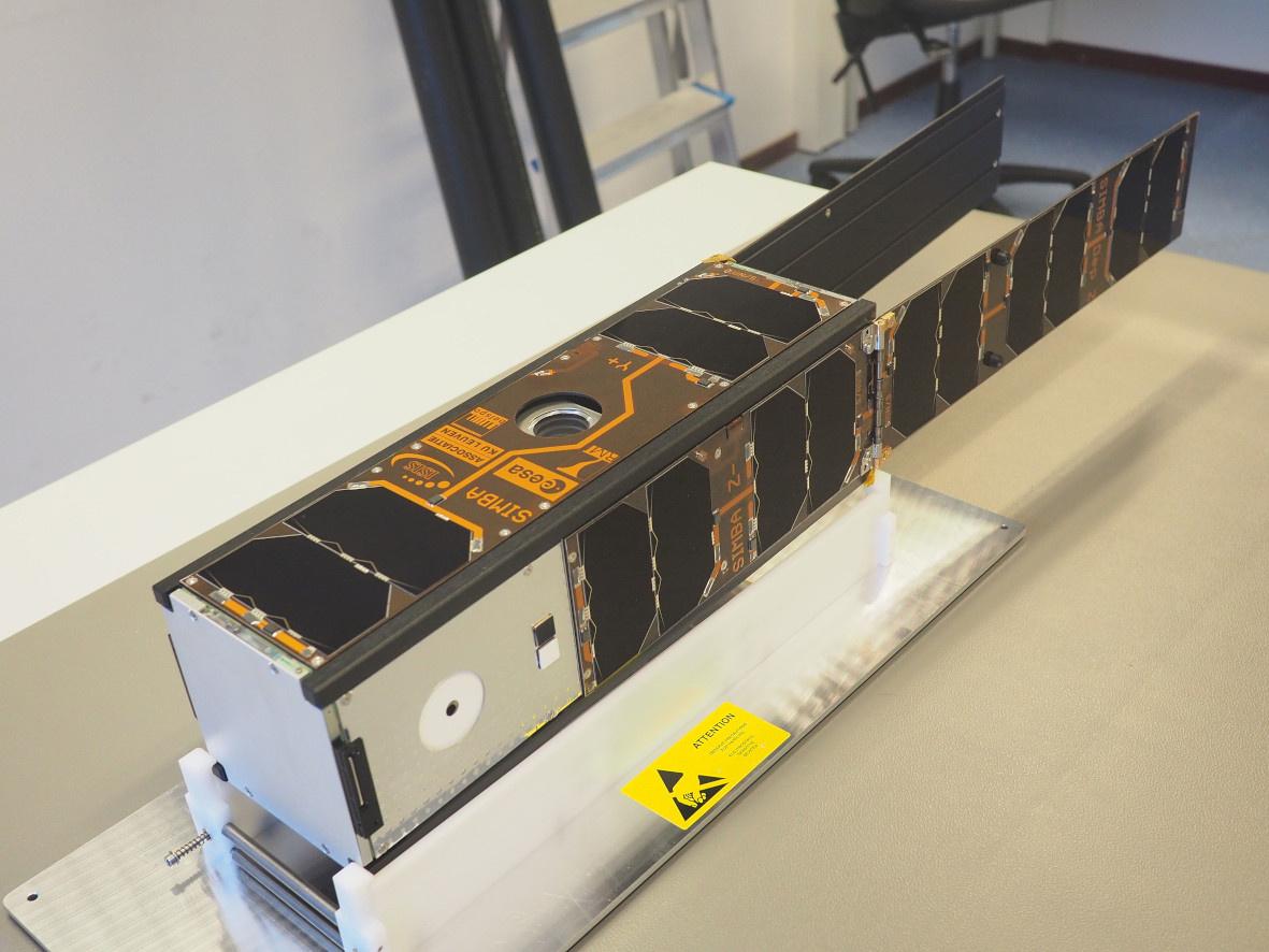 Fig 1: De afgewerkte satelliet met open zonnepanelen zoals hij er in de ruimte zal uitzien. Alleen de antennes zitten nog opgeborgen.