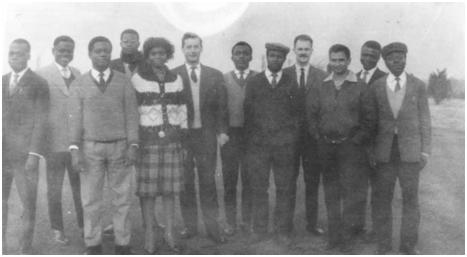 Le groupe de scientifiques à Dourbes en 1963, lors de la formation sur les techniques d'observation du champ magnétique terrestre. De gauche à droite : André De Vuyst à la sixième place et le calculateur Guy Simon à la neuvième place