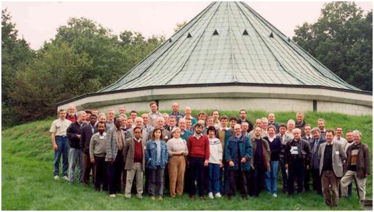 Les participants au 6ème workshop des Observatoires Géomagnétiques, devant le pavillon des variomètres à Dourbes, en septembre 1994