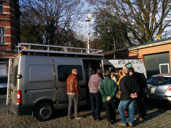 Een team van het BIPT op bezoek bij het KMI, met een demonstratie van hun detectieapparatuur.