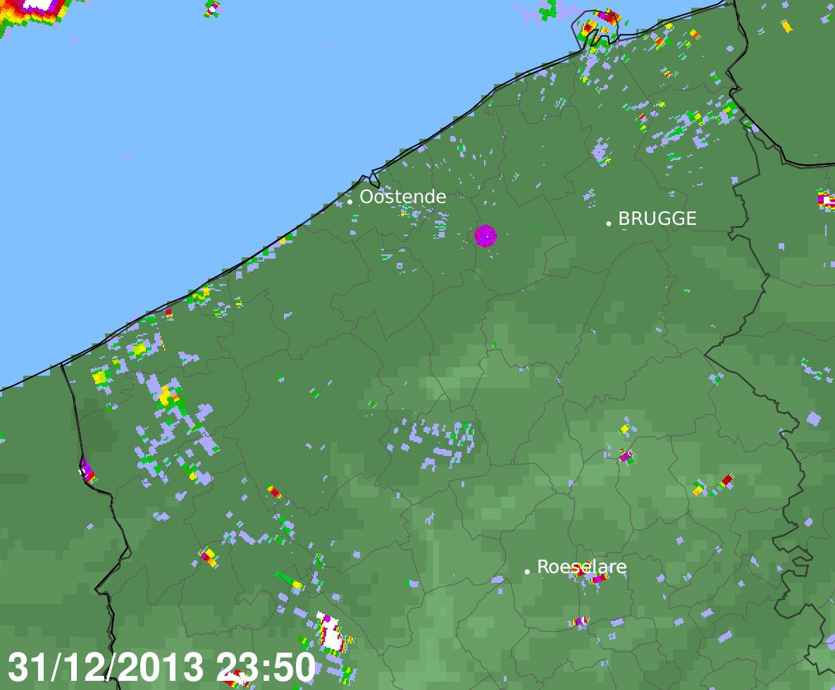 Figure 2: Image radar 10 minutes avant minuit. En plus du bruit de fond habituel sont également visibles quelques échos marquants causés notamment par des éoliennes. L'emplacement du radar est indiqué par un point mauve. En haut à gauche, quelques précipitations sont observées en Mer du Nord.